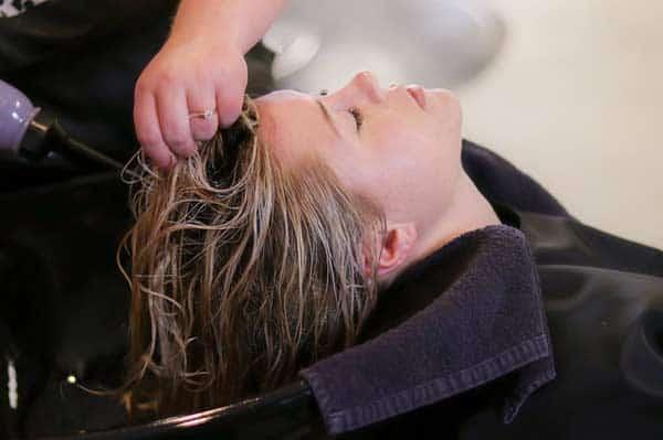Beim Haare waschen auf Inhaltsstoffe im Shampoo achten